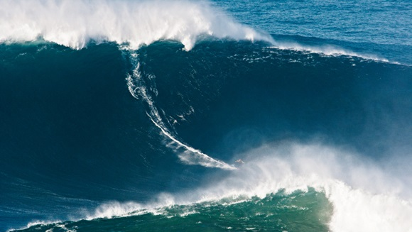 biggest wave ever garret mcnamara nazare portugal 2011