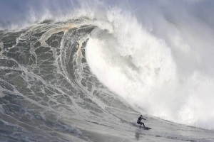Late swell brings back the Big Riders to Nazaré