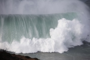Nazaré enters the new year with giant waves
